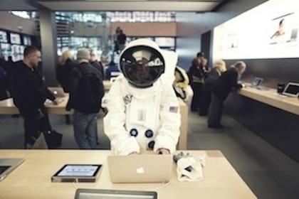 Астронавт в Apple Store